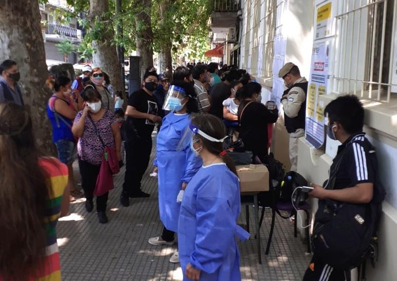 Elecciones en Bolivia: Miles de votantes en las escuelas de la Comuna 9