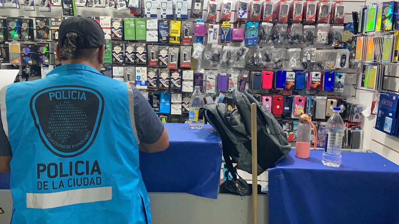 Liniers: clausuran cinco locales por venta de celulares robados